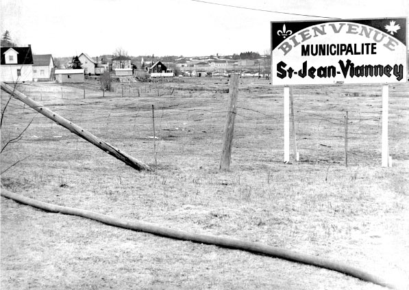 Photo entrée Saint-Jean-Vianney - Société historique du Saguenay, Fonds Maison de la Presse, FPH50, P06082